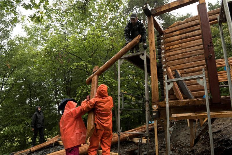 Gjenreising av DNT-hytta Hovinkoia fra Holleia i Friluftsmuseet på Norsk Folkemuseum.