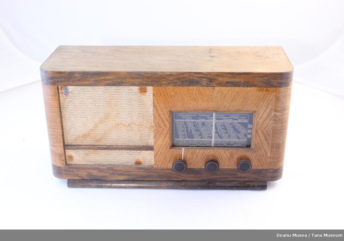 Radio i trekasse, 3 Kontrollknapper. Høytaleren har hvitt stoff trekk. Liten frekvensskjerm.
