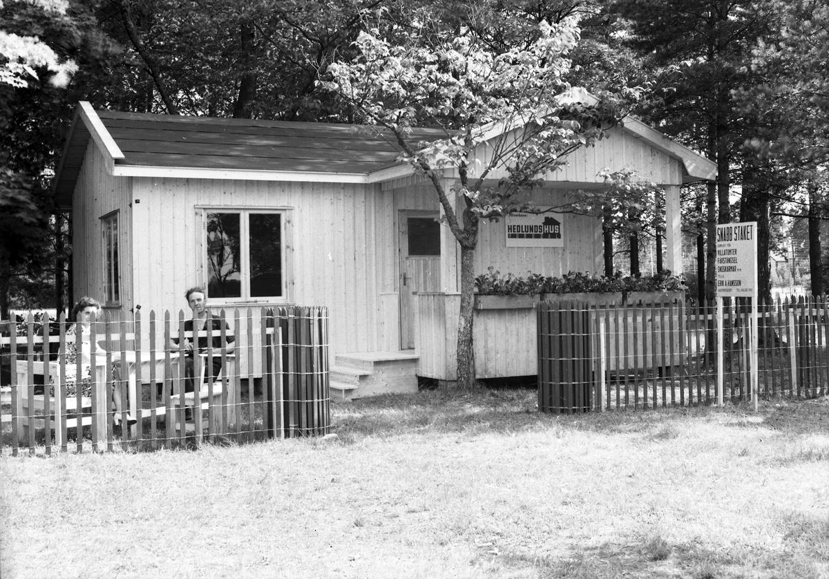 """Vretas Hembygdsgård. Valboutställningen, """"Hedlunds Hus, Furudal"""" och  """"Snabbstaket"""" Erik A. Hansson, Västbyggeby. 19 juli 1945."""
