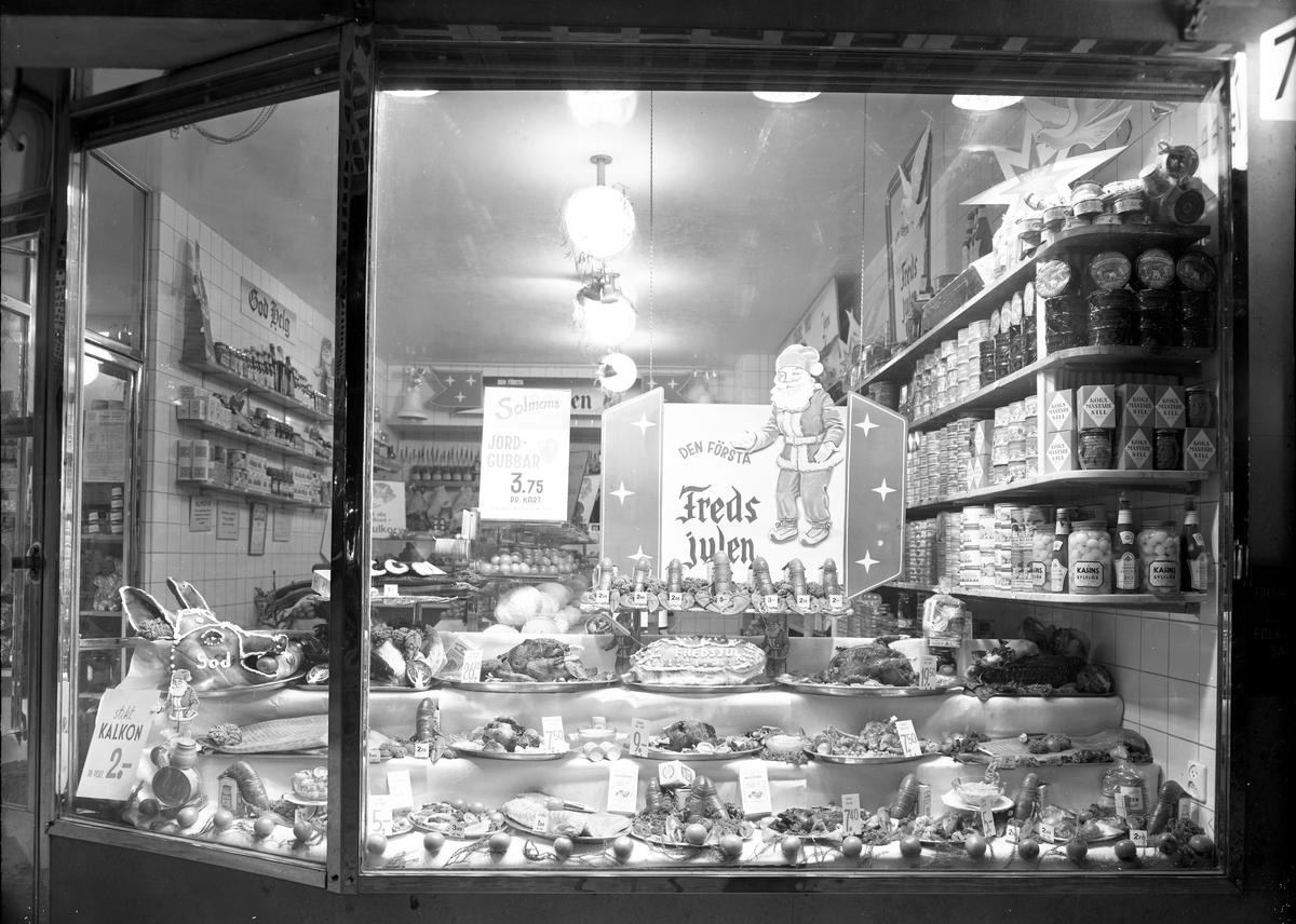 Julskyltning i charkuteributiken i Konsum Alfa varuhus. Första julen i fred efter andra världskriget, 1945.