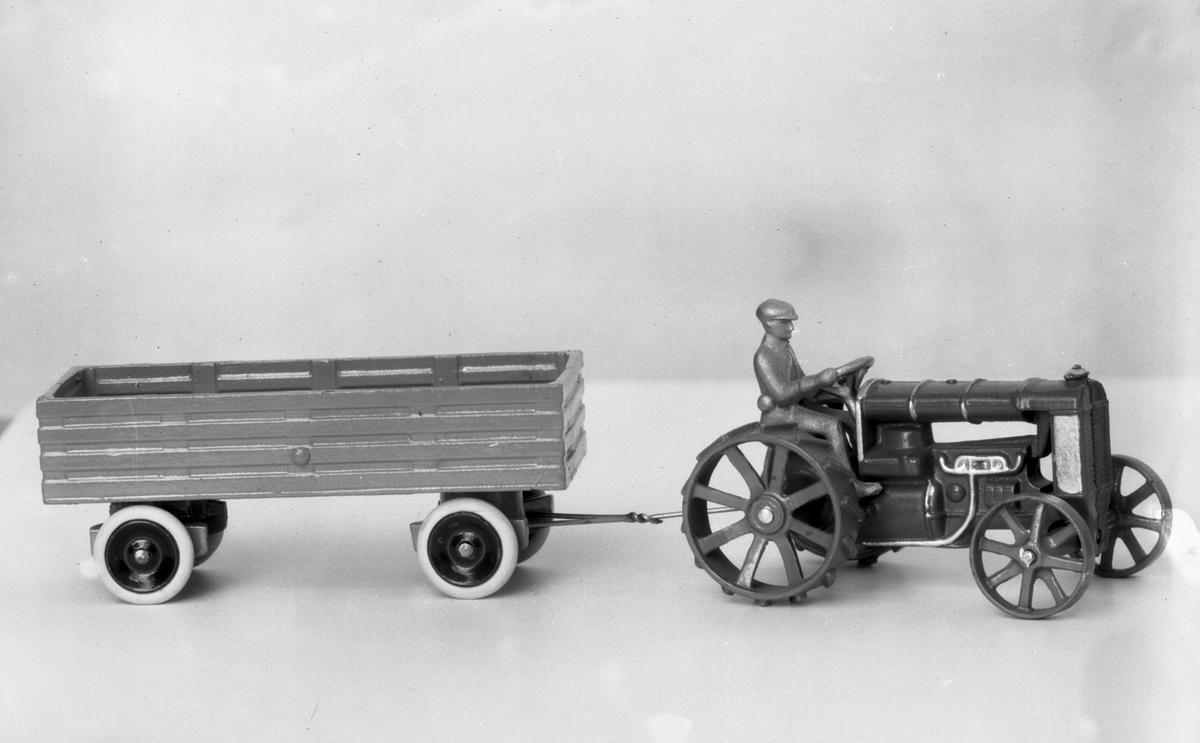 AB Skoglund & Olson. Gefle. Gjuteri och Mekanisk Verkstad. Känt för bland annat järnspisar och leksaker. Företaget startades 1874 av Erik Gustaf Skoglund och Axel Olsson. Firman blev aktiebolag 1914 och hade på 1930-talet cirka 260 anställda i produktionen och ett 30-tal på kontoret. Traktor med släp