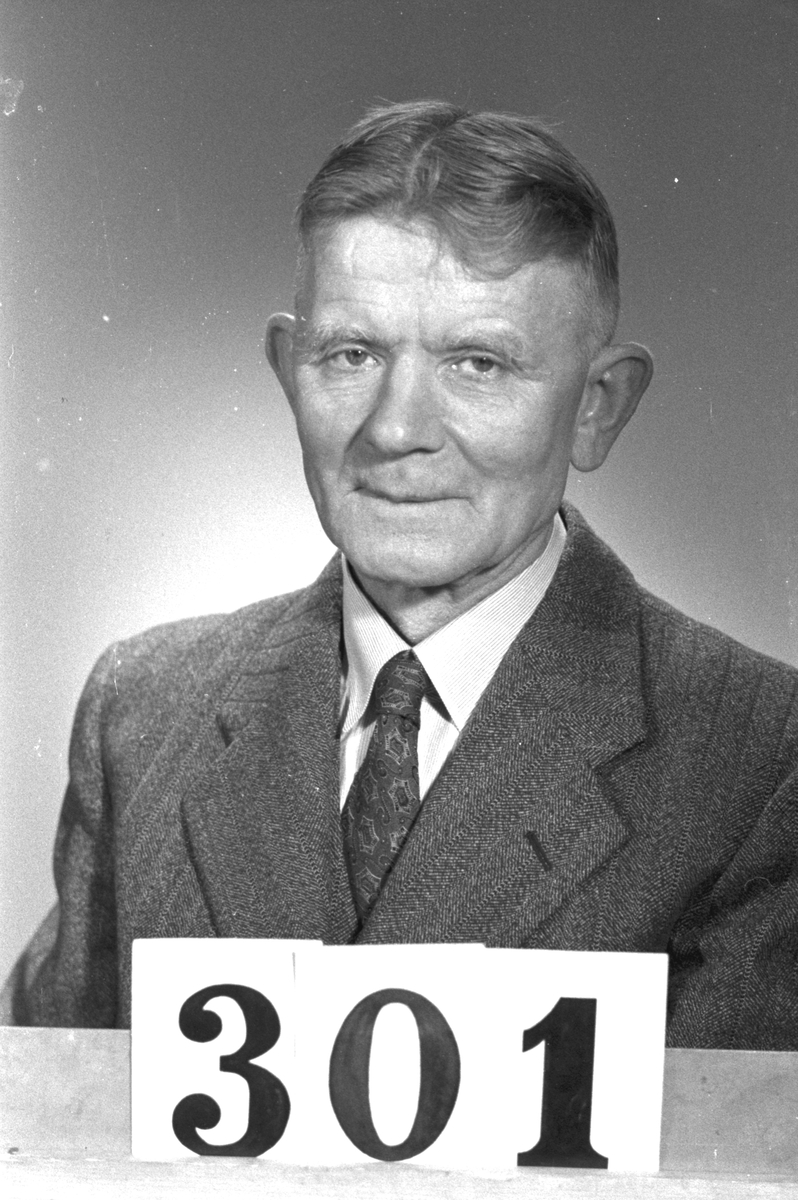"""Oskar Gustaf Wallén. Reparatör. Karskärindustrierna. Industrierna och Samhället. """"Profiler i Korsnäs"""". Ett porträttgalleri över anställda i Korsnäs Aktiebolag med dotterbolag. Sammanställt i anledning av bolagets 100-årsjubileum 1955."""