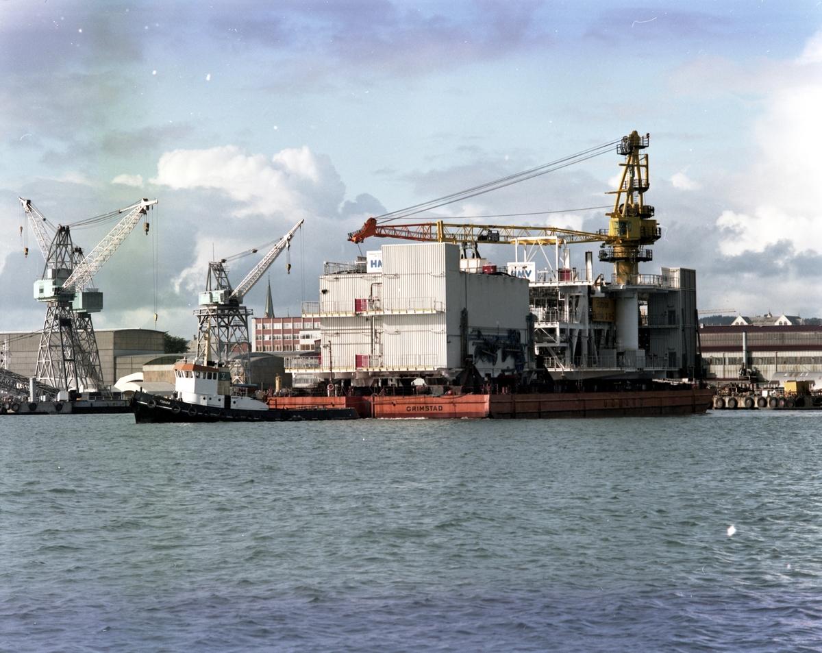 """H.M.V.  Verksted-området. Del til Statpipe Development Prosjekt for Statoil klar til slep. Slepebåten """"Torian"""" i aksjon."""