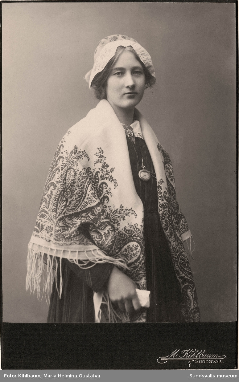 Ateljéporträtt på Anna Hydén i folkdräkt.