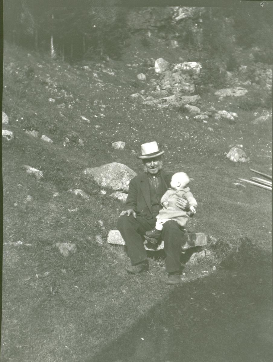 Erik Skåren med barnebarn.