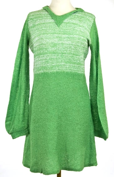 Helskåret kjole med V-hals. 2 bredder, lange isydde ermer.