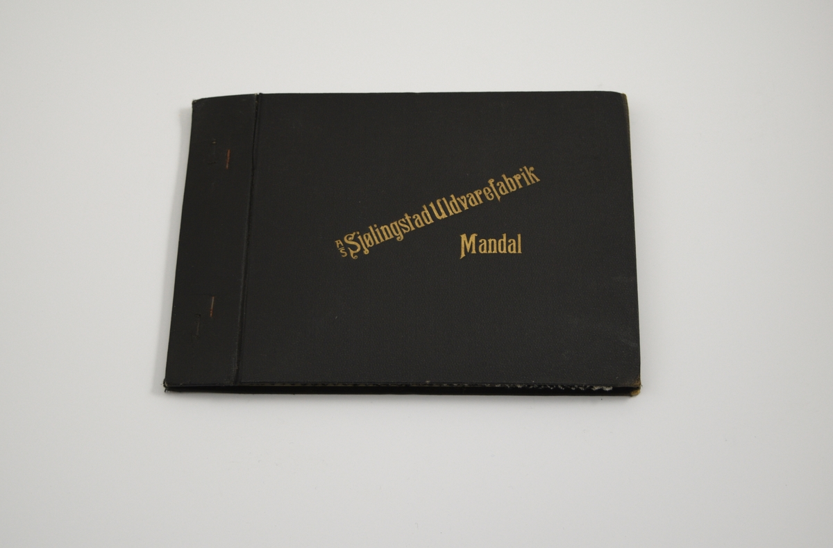 """Prøvebok med 4 prøver. Middels tykke stoff med skrå striper - mønsteret er tilnærmet likt på forsiden og baksiden av stoffet. Samme vevemønster på alle stoffprøvene i boken, men med ulike farger og kombinasjoner. Stoffene ligger brettet dobbelt i boken. Stoffene er merket med en rund papirlapp, festet til stoffet med metallstifter, hvor nummer er påført for hånd. Innskriften på innsiden av forsideomslaget viser at alle stoffene har kvaliteten """"Ola"""".   Stoff nr.: Ola/100, Ola/101, Ola/102, Ola/103."""
