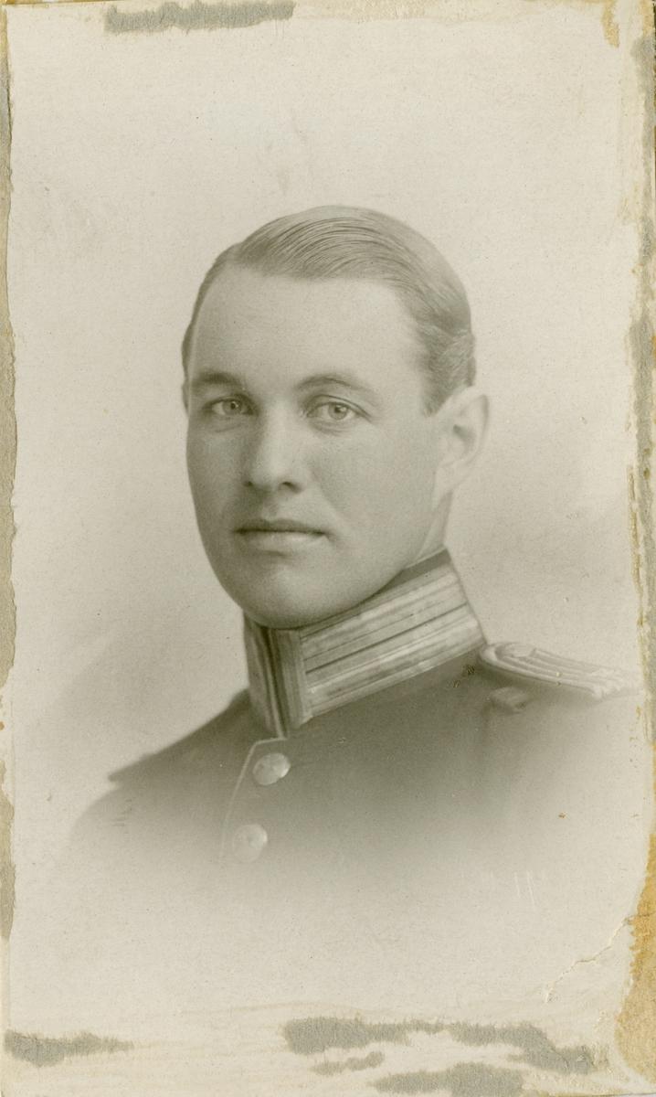 Porträtt av Yngve Andreas Säfwenberg, löjtnant vid Hälsinge regemente I 14.