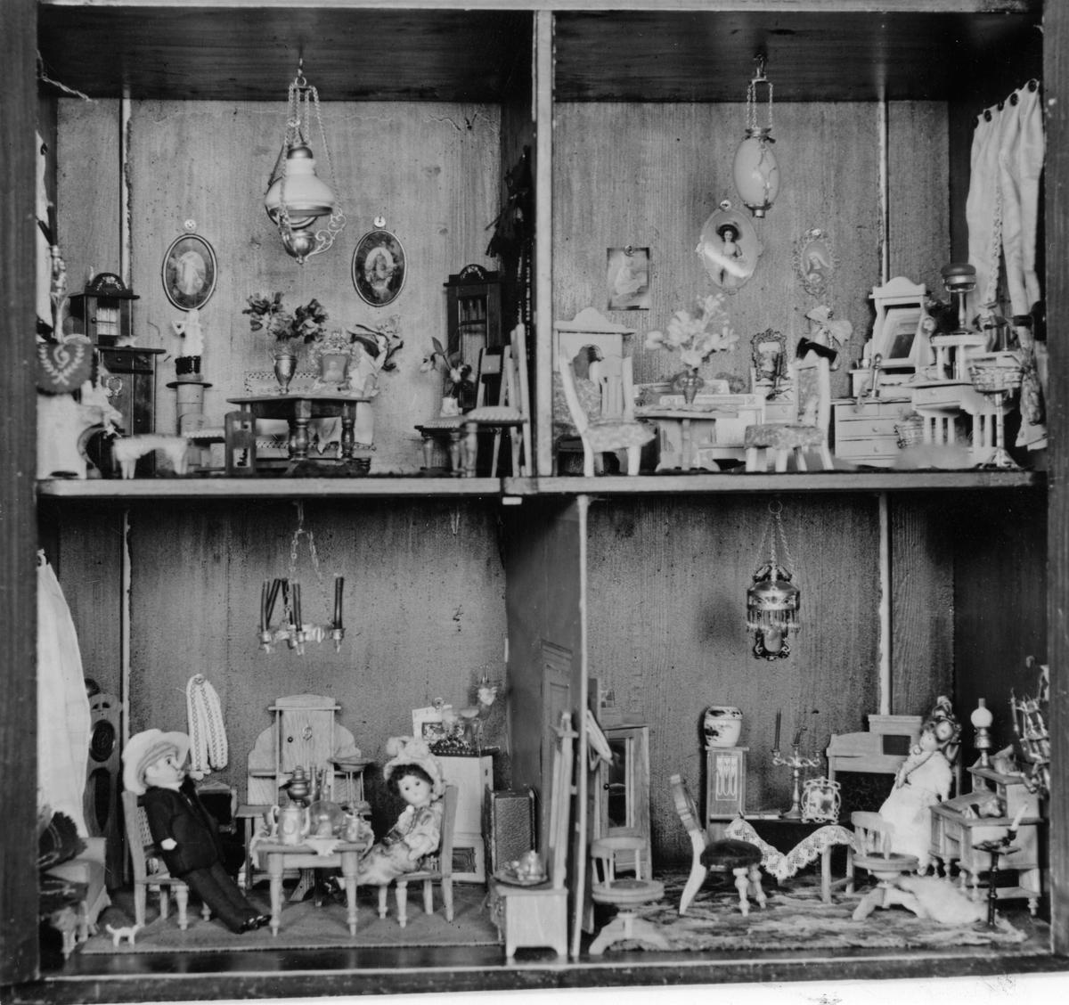 Dockskåp.Ebba Hartzells 1800-tals dockskåp.