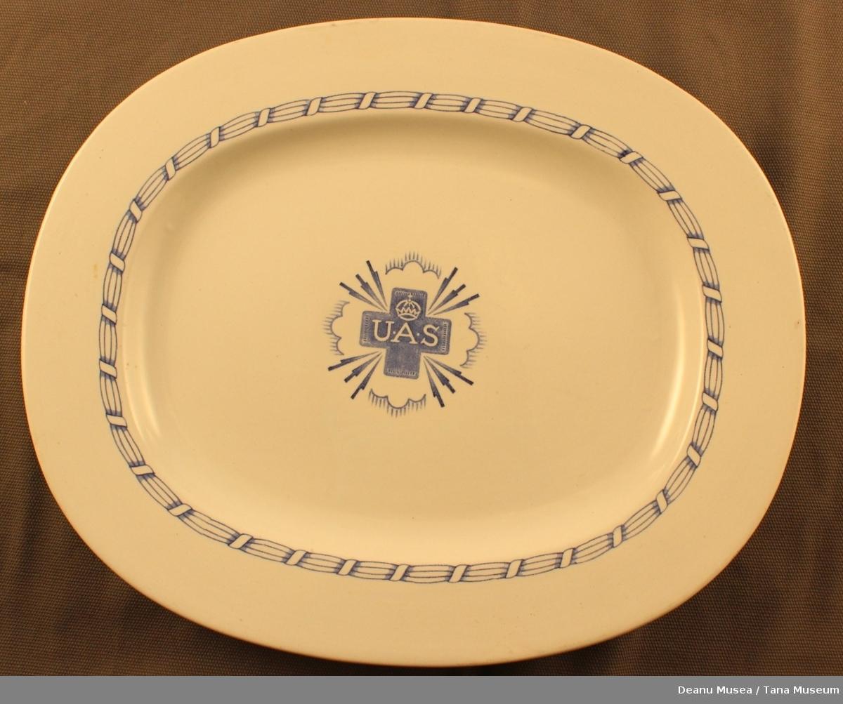 Stort serveringsfat. Bord rundt kanten, kors og krone i midten.