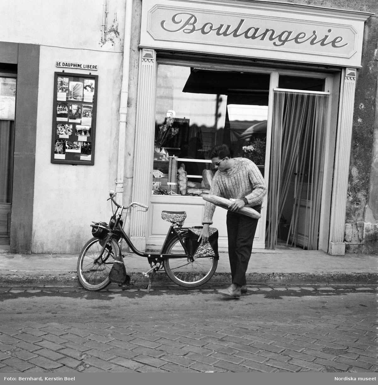 Man Med Moped Och Baguette Avignon Frankrike Nordiska Museet Digitaltmuseum