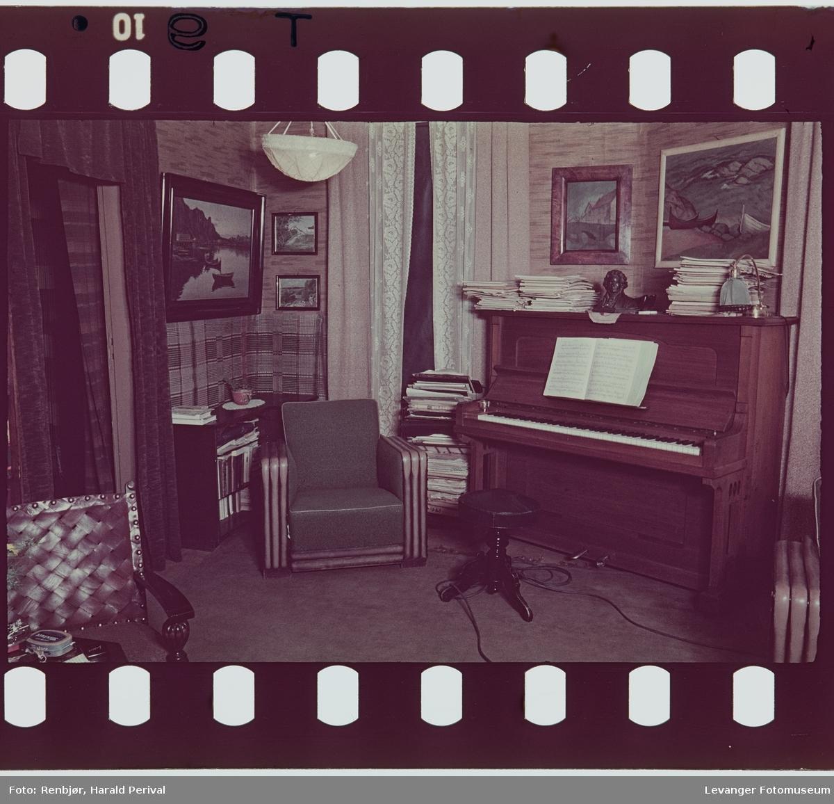 Interiør hjemme hos Magnhild og Harald Renbjør, piano og lenestol,