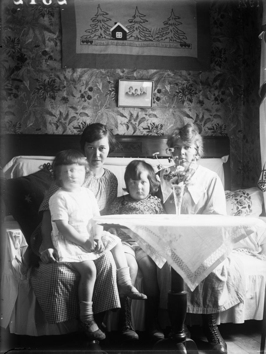 """""""Agnes Johanson Sevasta och Lisa i Göksbo i soffan, Lisa intill fönstret"""", Uppland 1921"""