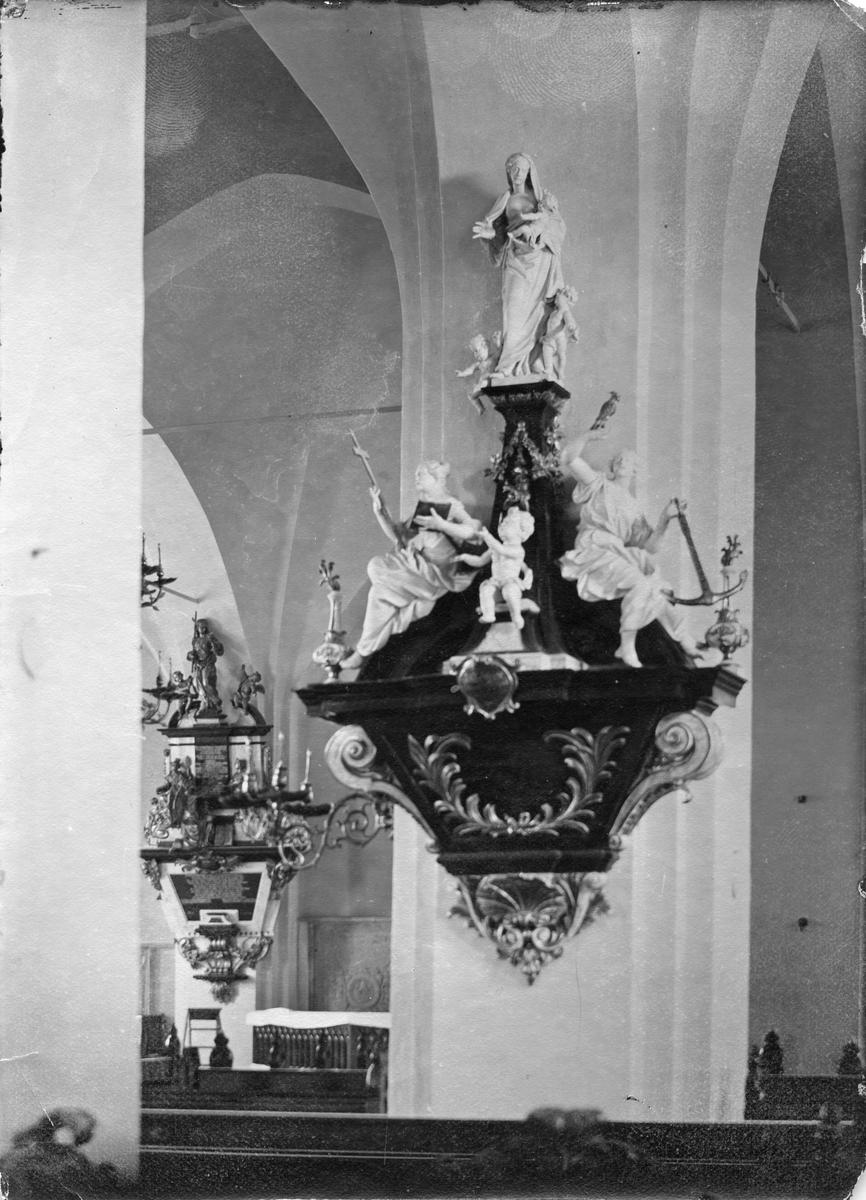 Utsmyckningsdetalj i Köpings kyrka.