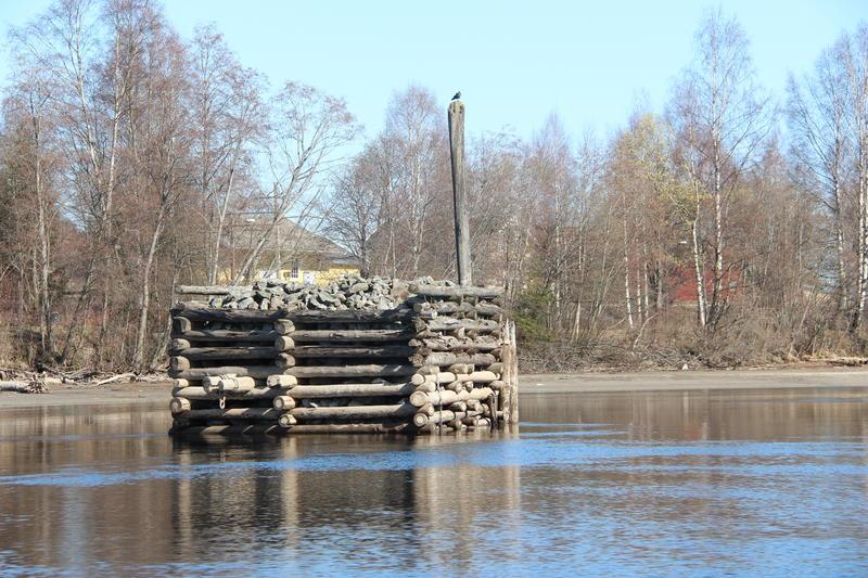 Foto av et steinkar ute i elva