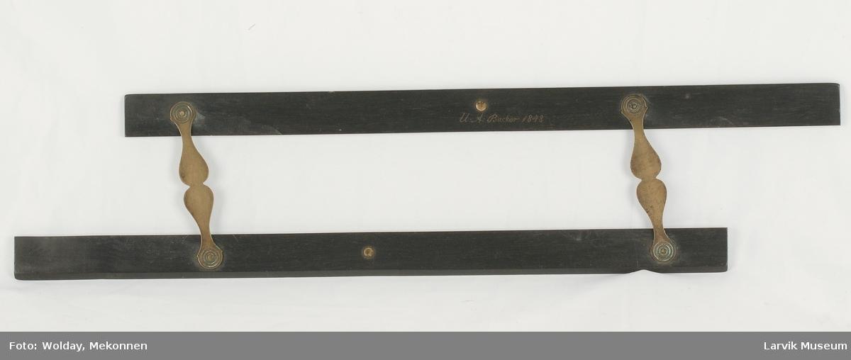 Form: to lister i mørkt,glatt tre,parallellkoplet