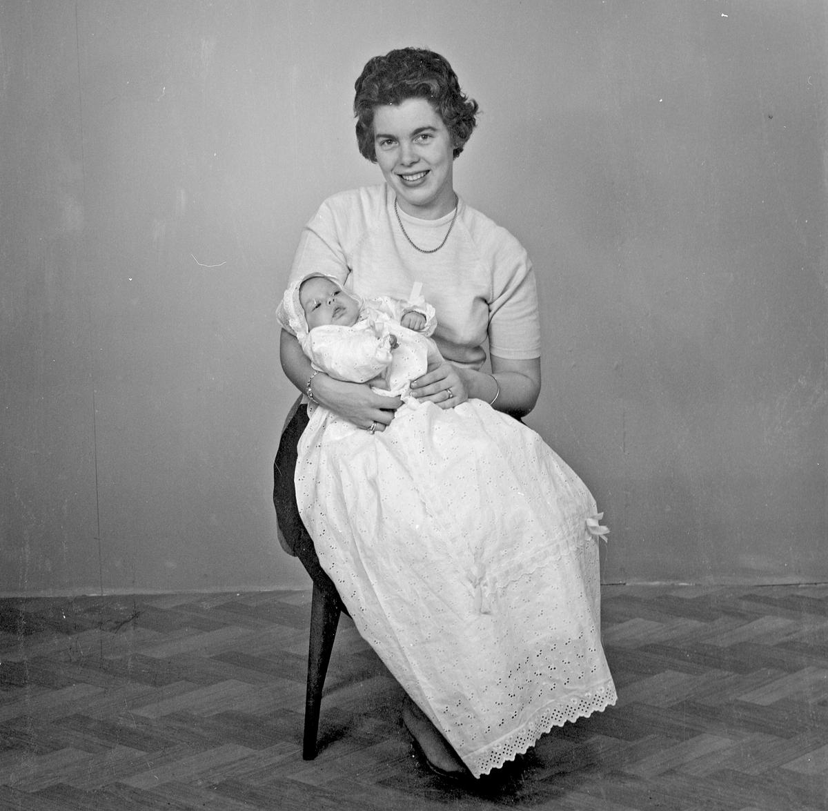 Portrett - to kvinner og et spebarn - bestiller Kåre Kornbrekk