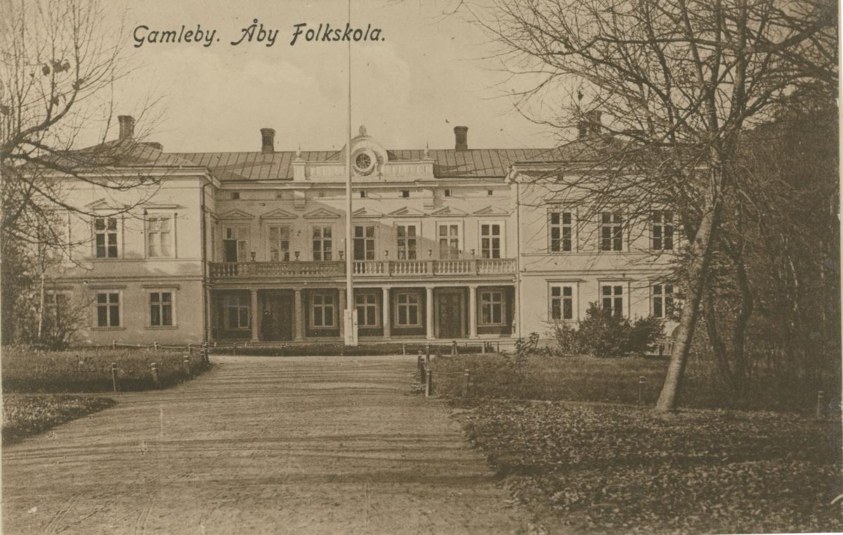 """Åy Folkskola i Gamleby.  """"F.d. Åby herrgård, nu liggande inom Köpingen såsom folkskola. Byggt under 1800-talets senare hälft av en trävaruhandlare Forselius. Gamleby gamla kyrka fick släppa till byggnadsmaterial"""".  """"Byggt av en trävaruhandl. (Forselius?) Kom till Gamleby som """"knalle"""" och började göra affärer med virke. Gamla kyrkan revs och togs till byggnadsmaterial""""."""