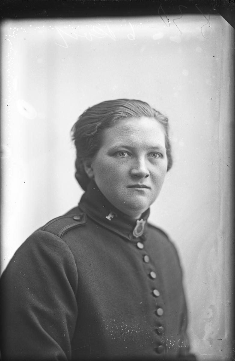 Portrett av Thora Torgersen i uniform fra Frelsesarmeen.