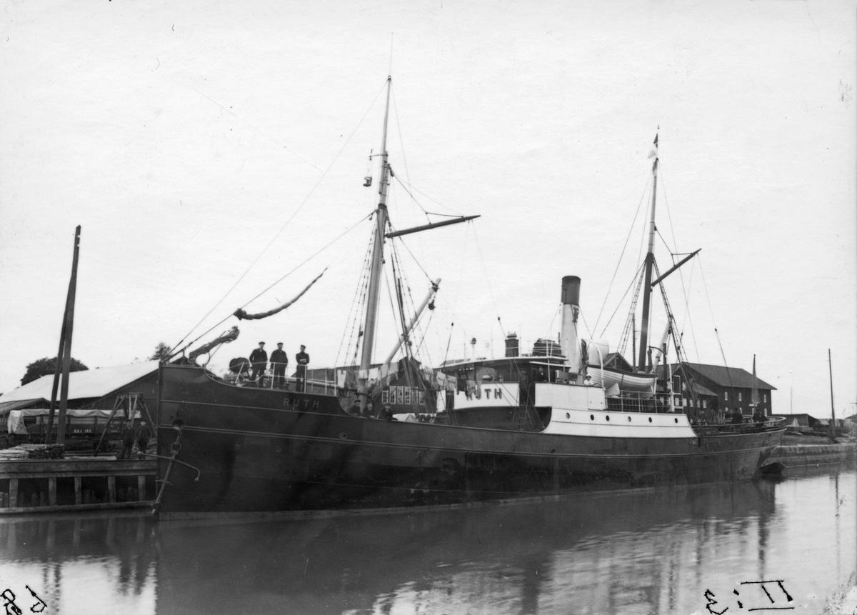 S/S Ruth lastar spannmål vid kajen i övre hamnen.