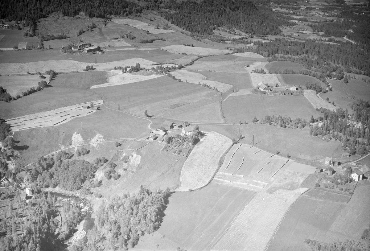 Gårder i Østre Gausdal, oversikt, Holen 228/1 sentralt, Gryte 227/1 til høyre, åkrer, slåttemark, hesjer, elvedal, Jøra elv