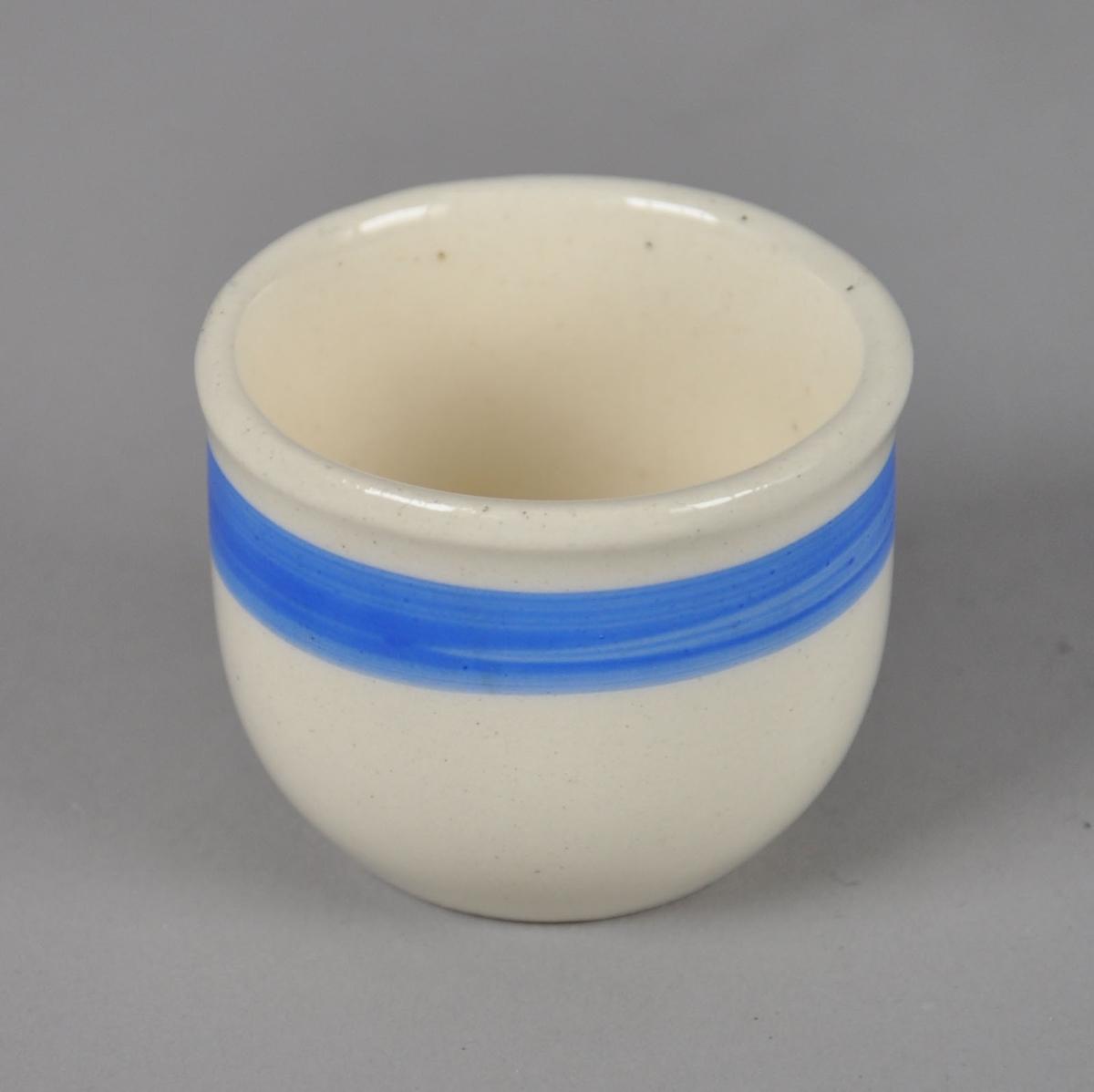 Eggeglass av glassert keramikk, med påmalt blå stripe ved kanten.