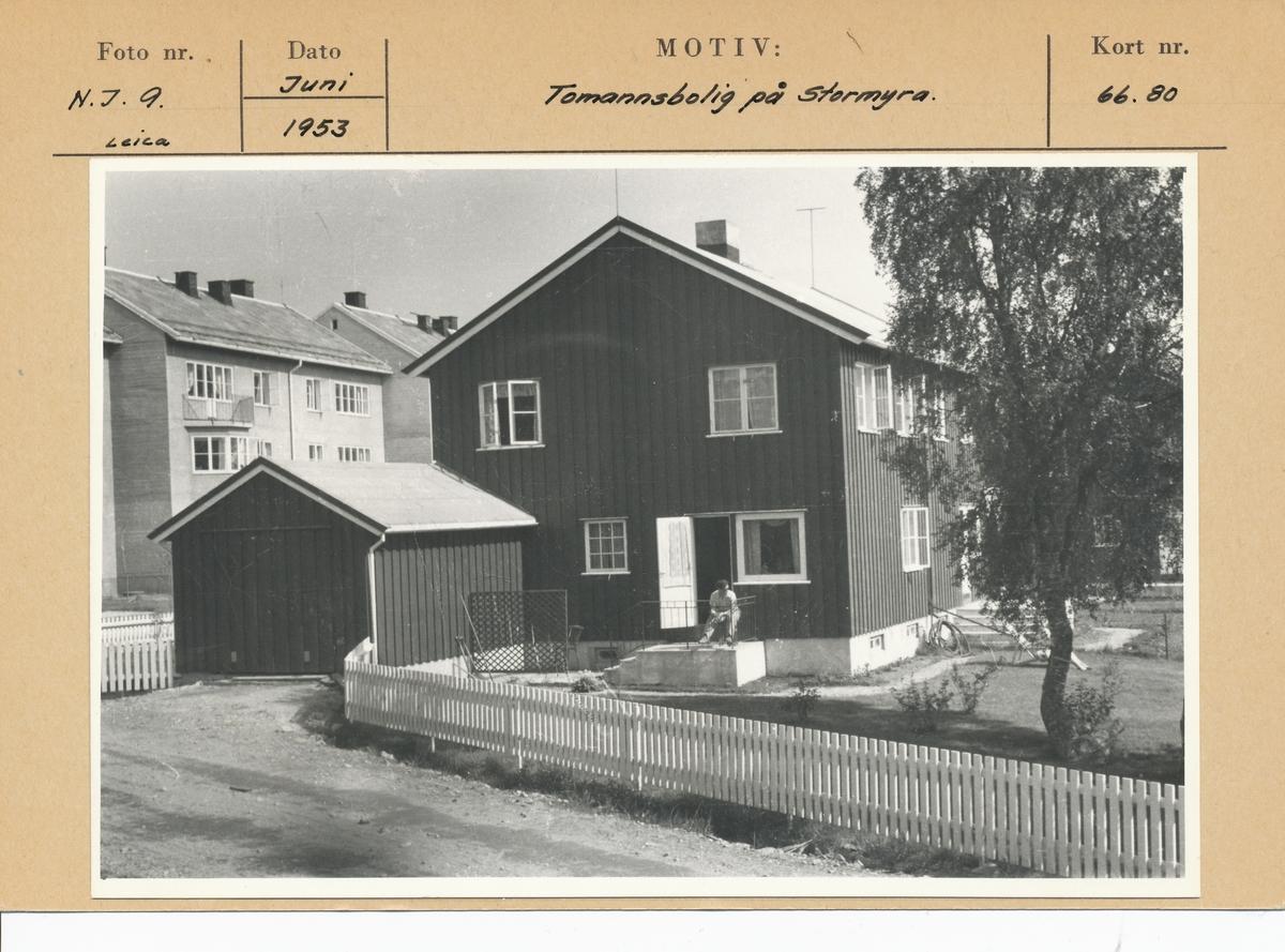 Tomannsbolig på Stormyra. Gjerde og hage. Kartotekkort med foto og arkivref.