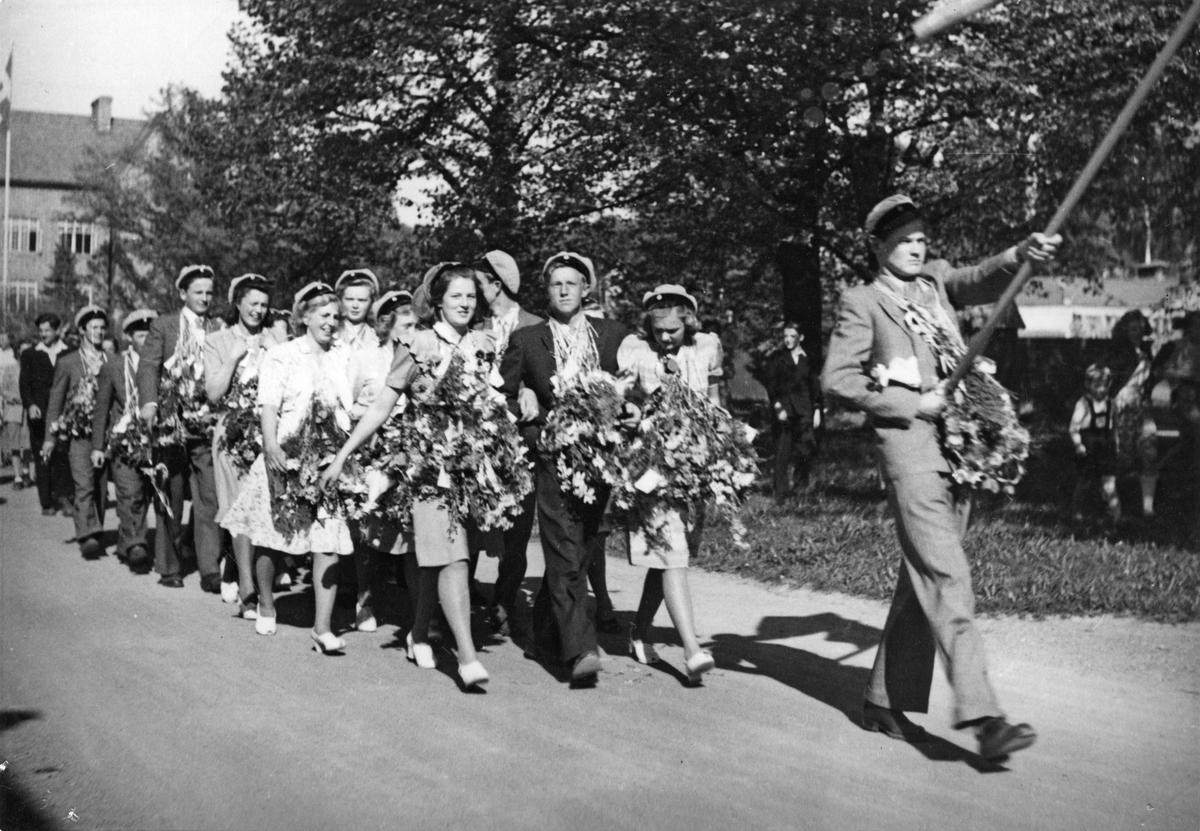 Realexamen, 1944.Eleverna tågar från Karlbergsskolan.