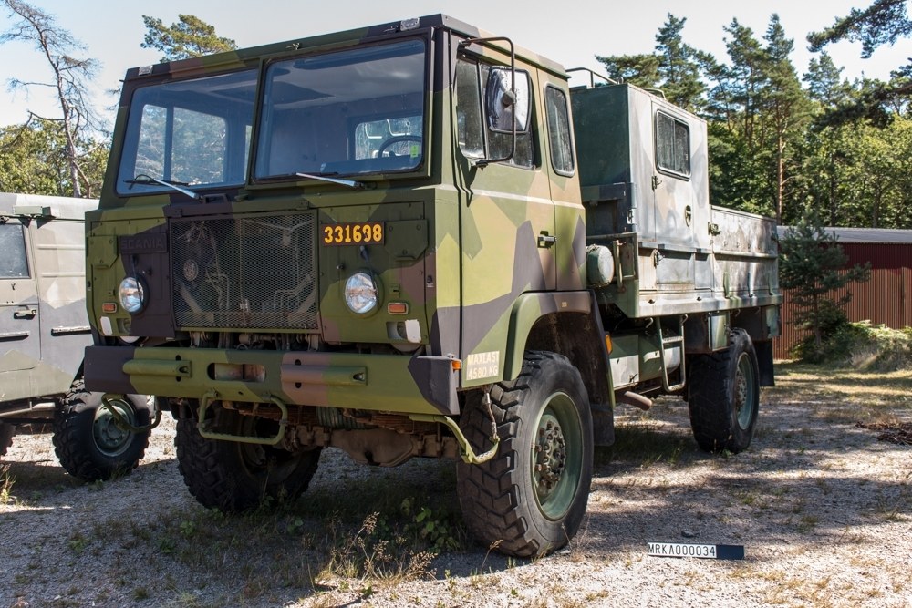 Allmänt: Fabrikat Scania SBA111A 134 Utrustad med trupptransporthytt 511 och lastkran 5911, 16 kNm. Elhydralisk kran som användes för att lasta/lossa elverk 16 kva mm. Data: Motor: Scania D 11 Cylindrar: 6 st Effekt: 220 hk Drivmedel: Diesel Tankvolym: 167 liter Förbrukning: 4 liter/m Elsystem: 24 volt Kraftöverföring: Automatlåda Fördelningsväxel: Ja Terrängväxel: Ja Differentialspärr: Fram o Bak Vinsch: Sidomonterad Dragkraft: 8 700 kg med enkel lina