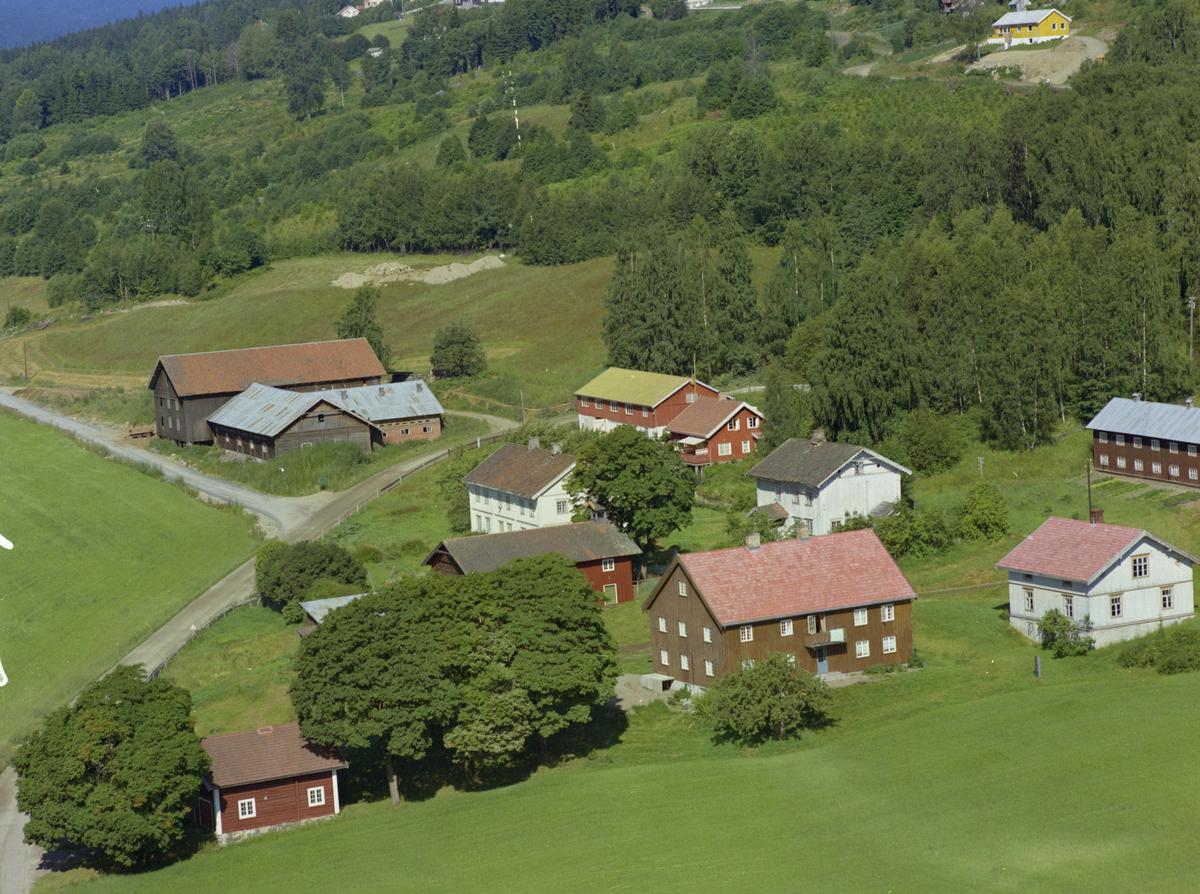 Rindal nedre og Rindal øvre, gårdsbruk. Oppkjørselen til Burmavegen 63 og 65 er påbegynt rett etter låven på Rindal øvre, bygninger, kulturlandskap