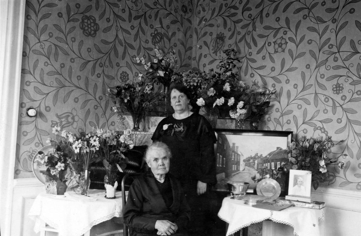 Fröken Maggie Pettersson med mor eller moster.