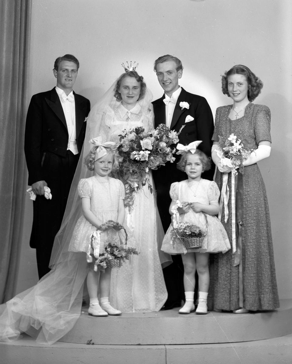 Brudpar Åke Svensson med brudnäbb, marskalk och brudtärna. Herr Åke Svensson, Gästrikegatan 8, Gävle. 25 maj 1946.