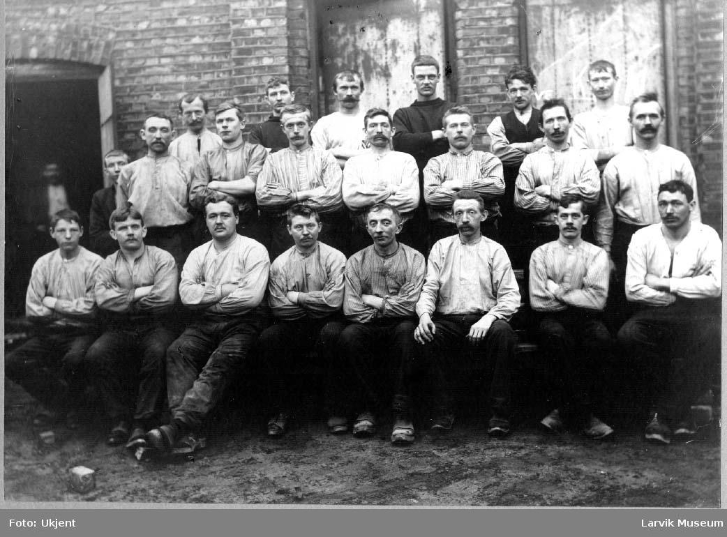 Arbeidere, gutter, menn, glasspustere, industri, glassverk, Revekaia i Larvik.