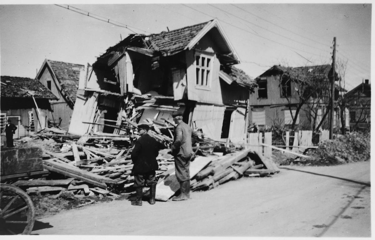 Fra Lillestrøm etter at de allierte hadde bombet Kjeller flyplass natten 28.-29. april 1944.