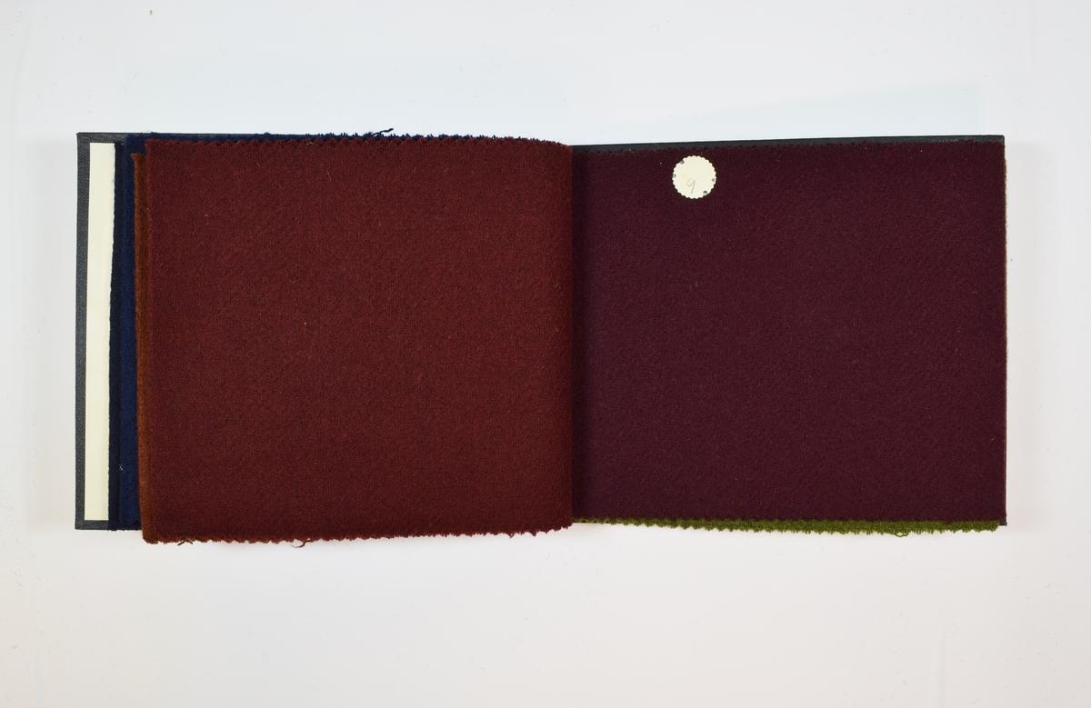 Rektangulær prøvebok med 6 stoffprøver og sorte harde permer. Permene er laget av hard kartong og er trukket med sort tynn tekstil. Boken inneholder middels tykke ensfargede stoff med fiskebensmønster. Kyperbinding/diagonalvevd. Tovet/valket? - særlig de to første stoffene i boken. Fargene varierer mellom stoffene, men vevmønsteret er det samme. Stoffene ligger brettet dobbelt i boken slik at vranga dekkes. Stoffene er merket med en rund papirlapp, festet til stoffet med metallstifter, hvor nummer er påført for hånd.  Innskriften på innsiden av forsideomslaget viser at alle stoffene har kvalitetsnummer 1940.   Stoff nr.: 1940/5, 1940/6, 1940/7, 1940/8, 1940/9, 1940/10.