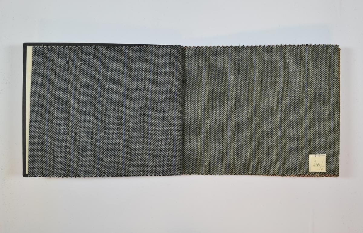 Rektangulær prøvebok med fem stoffprøver og harde permer. Permene er laget av hard kartong og er trukket med sort tynn tekstil. Boken inneholder relativt tynne, tette stoff med rutemønster eller fiskebenmønster og striper. Kyperbinding. Stoffene har ulike farger, men alle i kombinasjon med hvit/ufarget tråd. De to første stoffprøvene i boken har samme mønster, men ulike fargernyanser og de to neste prøvene har samme mønster men ulike fargenyanser. Stoffene er merket med en firkantet papirlapp, festet til stoffet med metallstifter, hvor nummer er påført for hånd.   Stoff nr.: 2006/4, 2006/5, 2006/6, 2006/7, 2006/8.