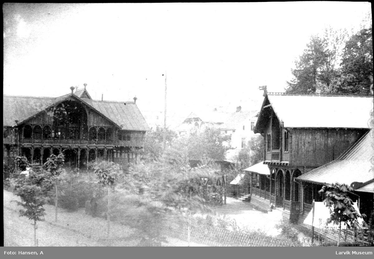 Larviks bad, Badets to hovedbygninger samt litt allé ved Lilleelven. I bakgrunnen ser vi Johannesens hotell.
