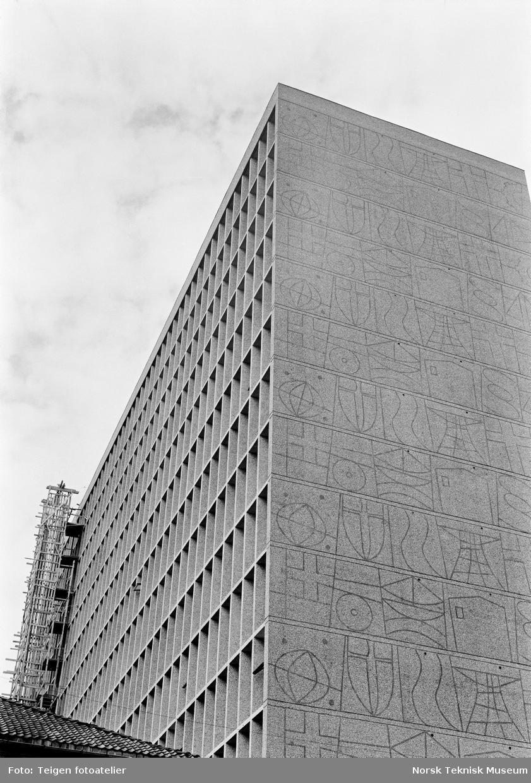 Byggeprosessen av Høyblokka i Regjeringskvartalet, inkludert støping av naturbetong og sandblåsing.