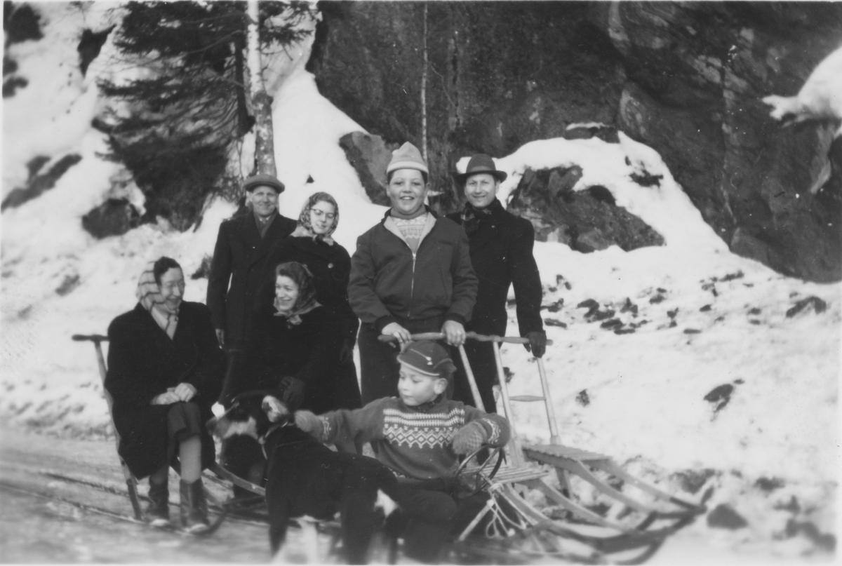 En gruppe mennesker på Søndagstur i Gjerdrum, 1958.