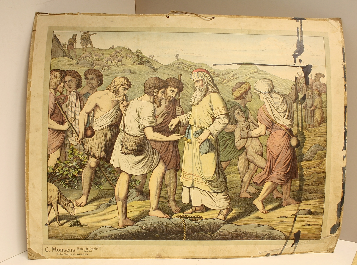 Rektangulær plakat. Menneskemengde. Gjetere med sauer i bakgrunnen på venstre side. Handelsmenn (?) med kameler i bakgrunnen på høyre side. Blekkflekker på høyre side. Større blekkflekk på baksiden.