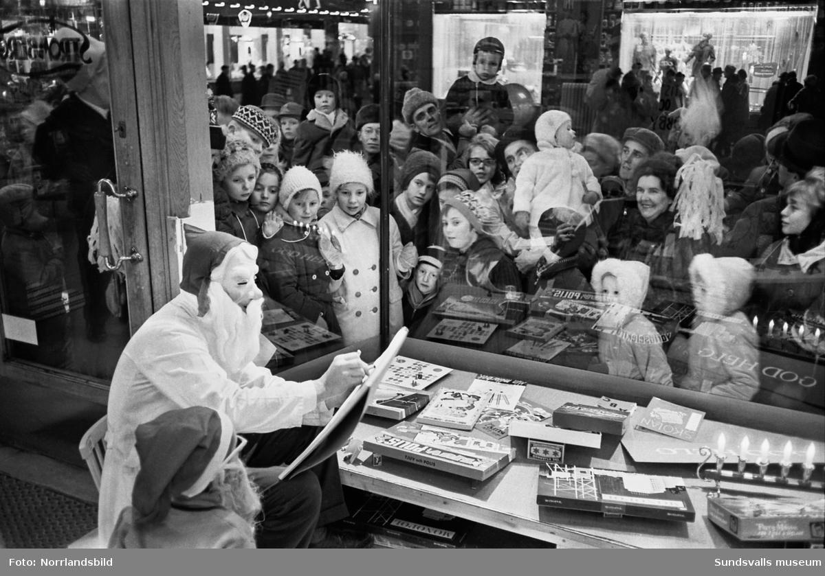 Skyltsöndag 1961. Vid Strömbergs färg flockades barn och vuxna kring en konstnärlig tomte i skyltfönstret.