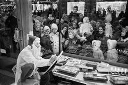 Skyltsöndag 1961. Vid Strömbergs färg flockades barn och vux