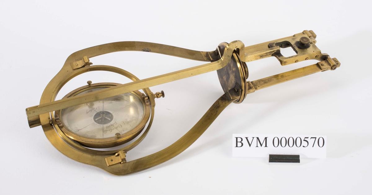 """""""Opphengningsapparat. For kontroll av misvisningen."""" NTM: """"Fra Sølvverkets gamle samling."""""""