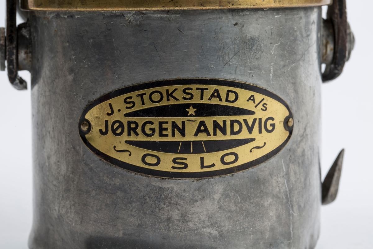 DEN ER I BRUKBAR STAND. SKILT: J. STOKSTAD A/S, JØRGEN ANDVIG, OSLO.