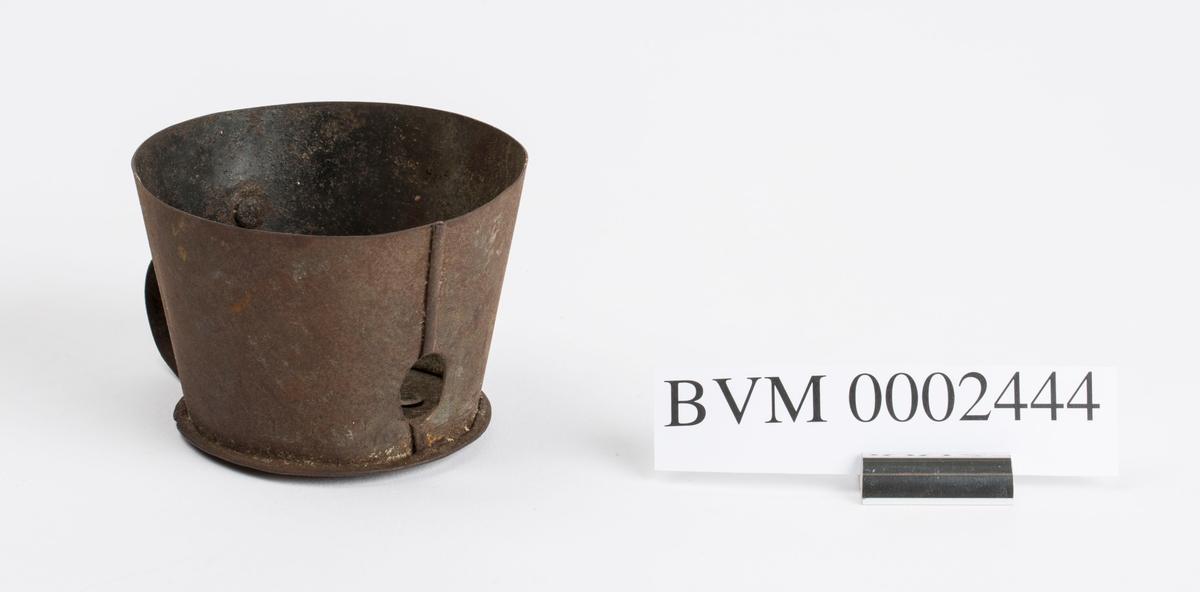Karbidlampe med hjemmelaget reflektor eller vindskjerm. Reflektoren er avtagbar. Tidligere reg. sammen med lampebelte BVM 6078.
