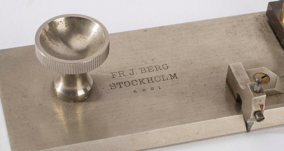 """KIKKERT I MESSING PRODUSERT AV """"FR. J. BERG, STOCKHOLM. 8891""""."""