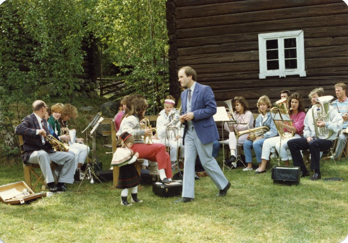 Åge Evenstuen saman med noko av Bagn Musikkorps, 1987.