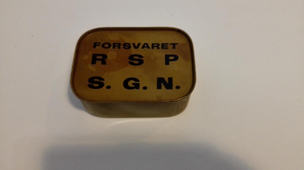 """Uopna """"Militærbeige"""" metallboks med nødproviant. Avrunda hjørner. På undersida stansa inn """"Norway"""" og """"Norvège"""". På loket påtrykt """"FORSVARET   R  S  P    S. G. N.""""  RSP står for Reservestridsproviant."""