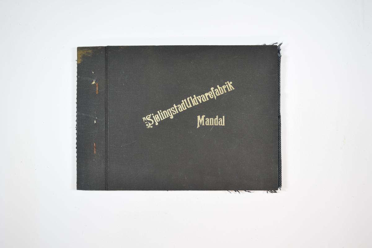 Rektangulær prøvebok med fire stoffprøver og harde permer. Permene er laget av hard kartong og er trukket med sort tynn tekstil. Boken inneholder middels tykke tofargede stoff med fiskebenmønster. Kyperbinding/diagonalvev. Vevmønsteret for alle prøvene i boken er likt. Alle stoffene har svart (eller en svært mørk farge) som den ene trådfargen, men den andre trådfargen varierer. Alle stoffene ligger brettet dobbelt i boken slik at vranga dekkes. Stoffene er merket med en firkantet papirlapp, festet til stoffet med metallstifter, hvor nummer er påført for hånd.   Stoff nr.: 3010/4, 3010/5, 3010/6, 3010/7.