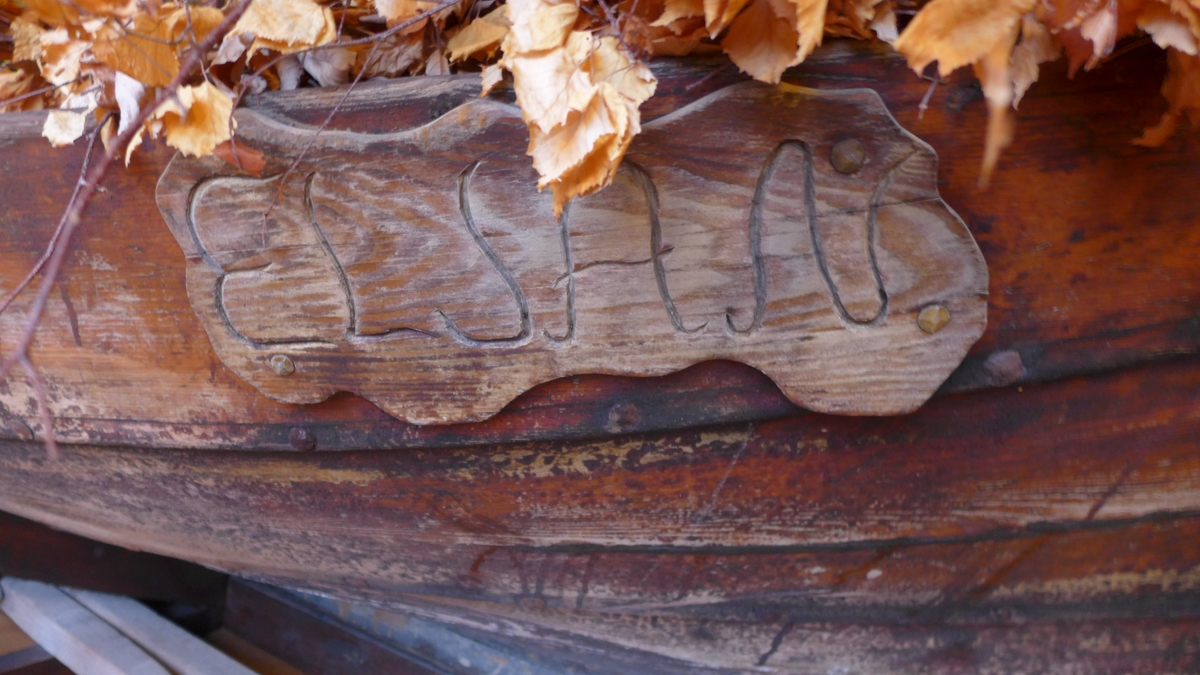 Velbrukt tjørebredd færing, lappa med ei blekkplate og med eit bord som er spikra, (ikkje klinka). To umåla tofter, som ikkje er originale, og med umåla tiljer, som heller neppe er originale. Båten har rorjarn, To umåla årar.  På ei utskoren påspikra treplate er innrissa ELJAN.